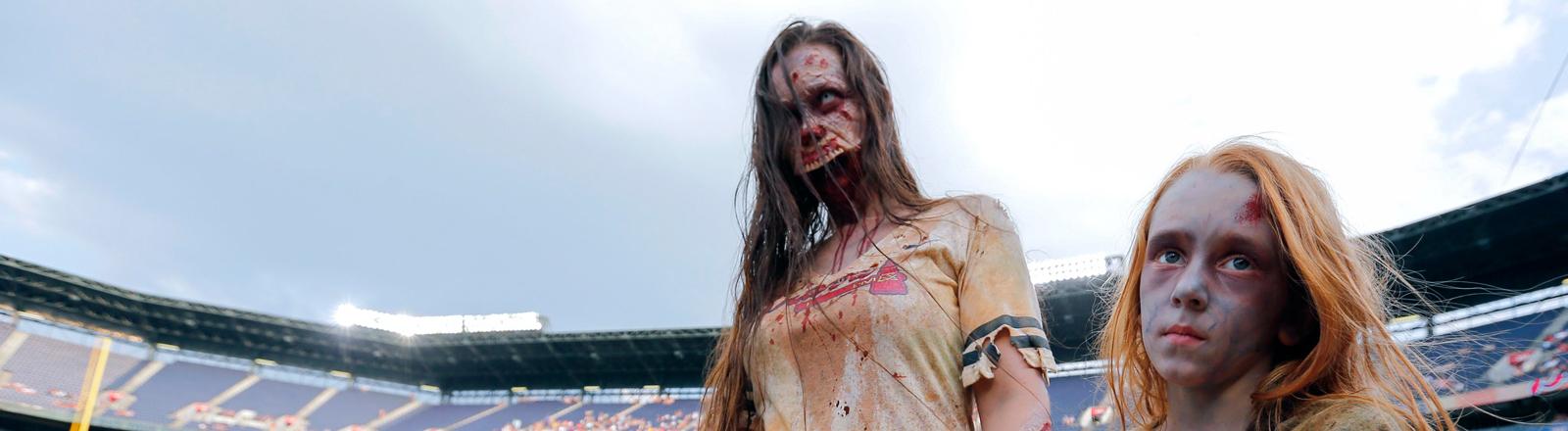 Mutter und Kind nehmen an der Zombie-Nacht in Atlanta teil.