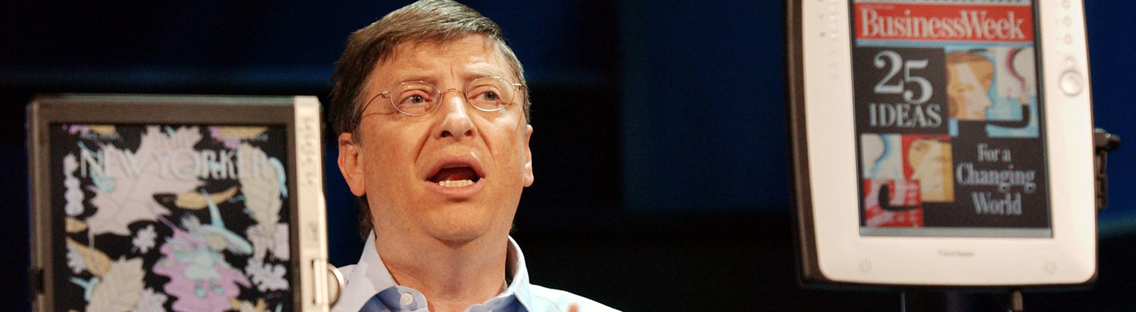 Microsoft-Gründer Bill Gates steht am 7.11.2002 in New York zwischen zwei Modellen des Tablet PC.