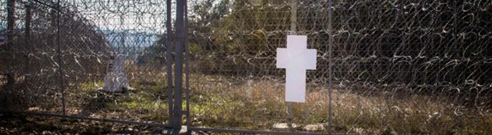 Das Zentrum für politische Schönheit montierte Mauerkreuze in Berlin ab, um sie an der EU-Außengrenze zu postieren. Mit der Kunstaktion will das Zentrum auf die prekäre Lage der Flüchtlinge an der EU-Außengrenze aufmerksam machen.