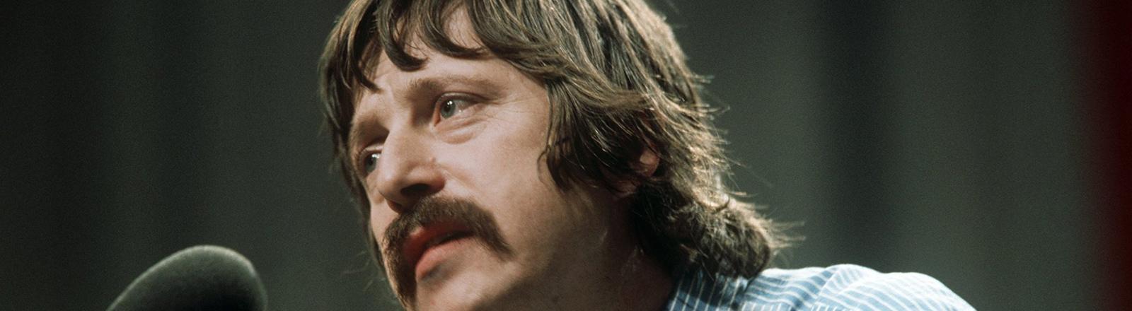 Der Ostberliner Liedermacher Wolf Biermann gibt am 13.11.1976 in der fast ausverkauften Kölner Sporthalle sein erstes Konzert auf einer bundesdeutschen Bühne seit Ostern 1965.