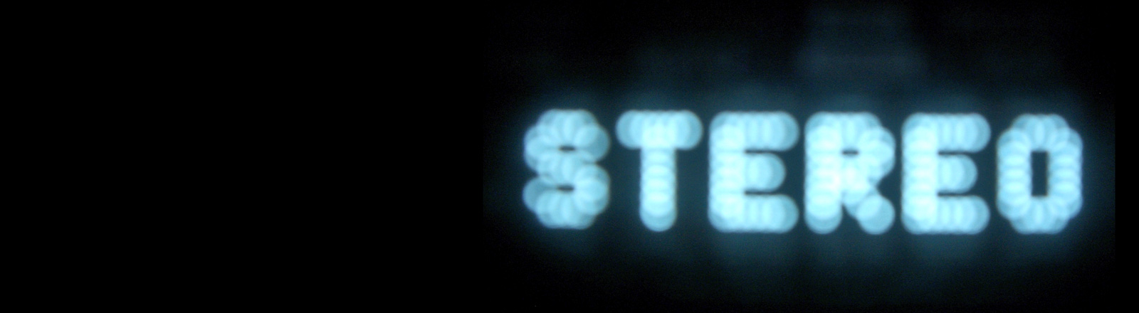 """Auf schwarzem Hintergrund steht """"Stereo"""" als digitale Anzeige."""