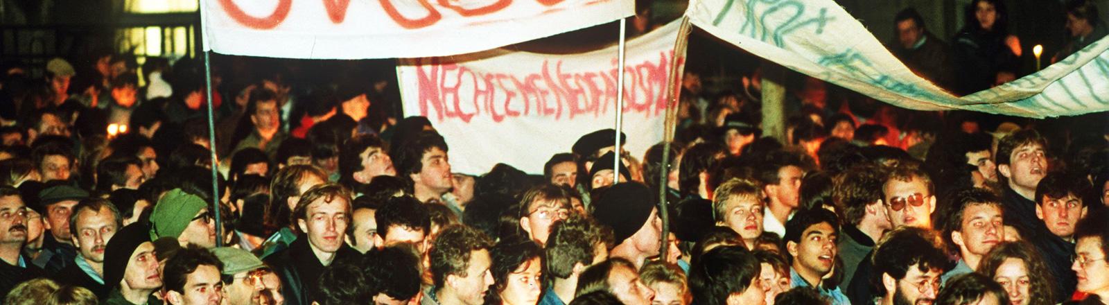 Protestzug von Studenten durch Prag. Sie tragen Transparente. 17.11.1989; Bild: dpa