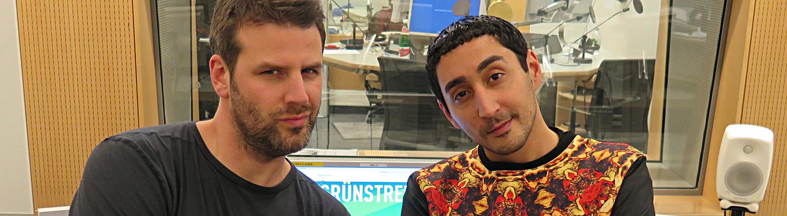 Moderator Ralph Günther steht im Studio neben Eko Fresh.