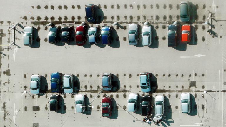 Auf einem Parkplatz stehen verschiedene Autos.