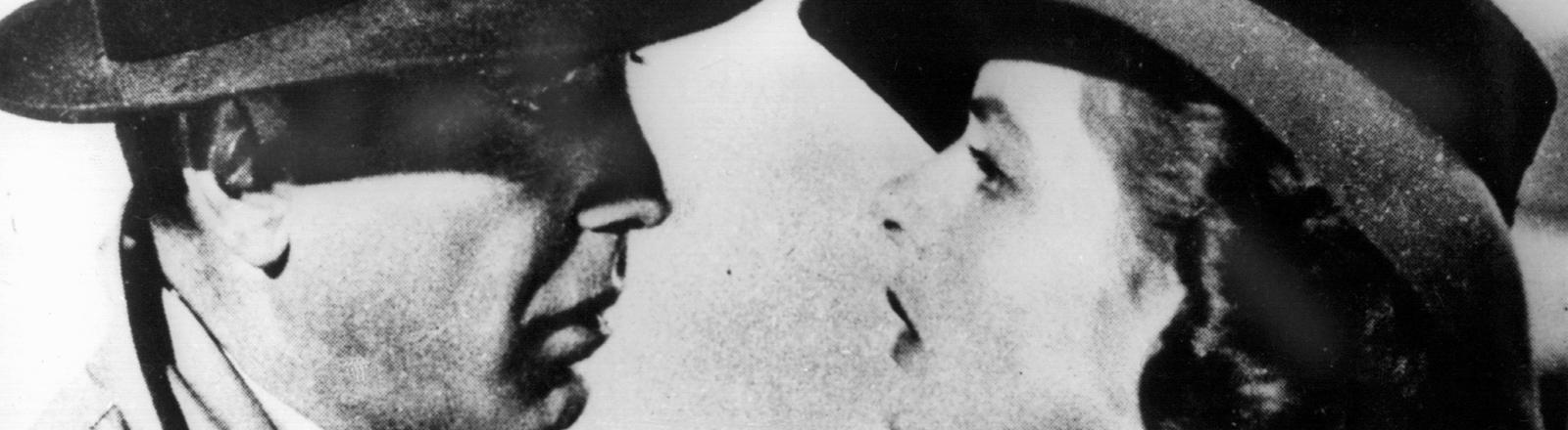 """Humphrey Bogart als Rick und Ingrid Bergman als Ilsa im Filmklassiker """"Casablanca"""" von 1942."""
