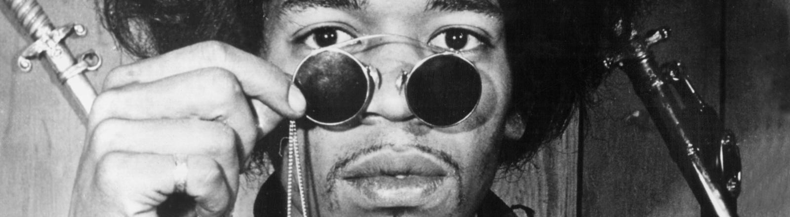 Porträt des US-amerikanischen Rocksängers und Gitarristen Jimi Hendrix, aufgenommen in seiner Londoner Wohnung.