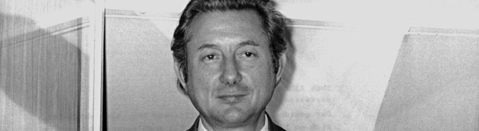Der Essener Multimillionär Theo Albrecht, Mitinhaber der Aldi-Supermarktkette, steht am 17.12.1971 nach seiner Rückkehr am Fenster seines Hauses.