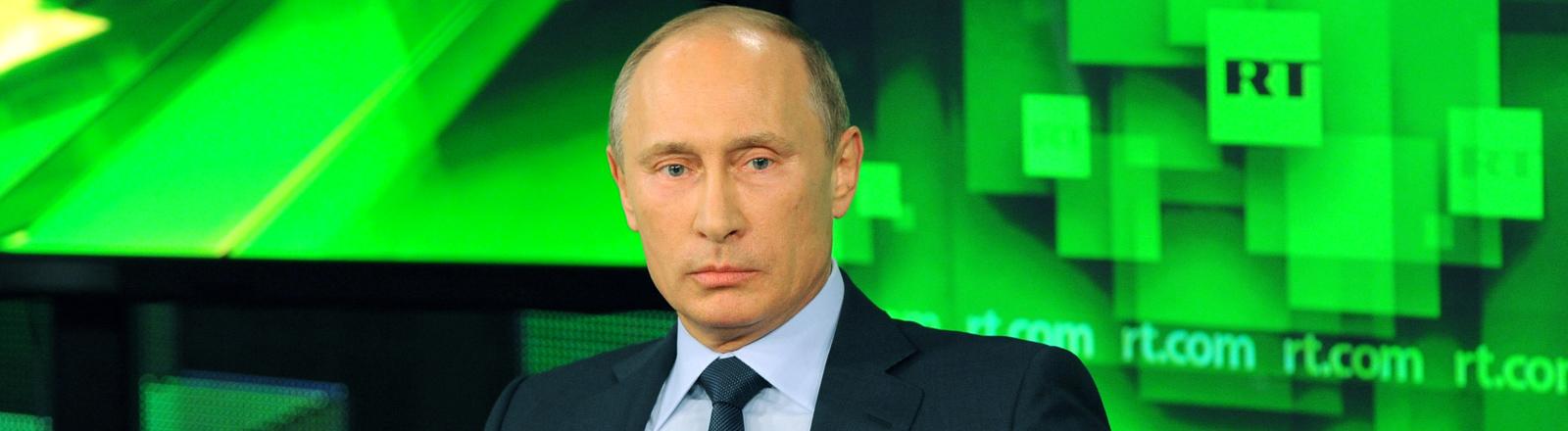 Der russische Präsident Wladimir Putin sitzt im Studio des russischen Auslandssenders Russia Today der seit Anfang November 2014 auch auf Deutsch sendet.