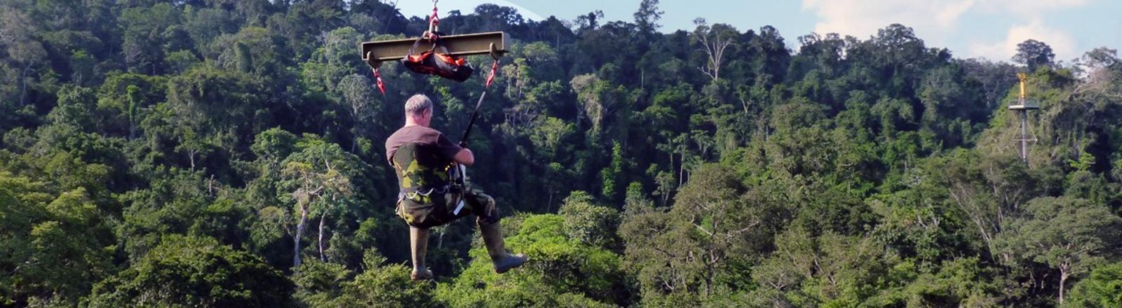 Gerhard Gottsberger schwebt mit Copas über den Baumkronen in Französisch Guayana.