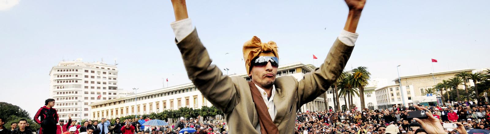 Ein Mann protestiert in Casablanca und karikiert Muammar al-Gaddafi