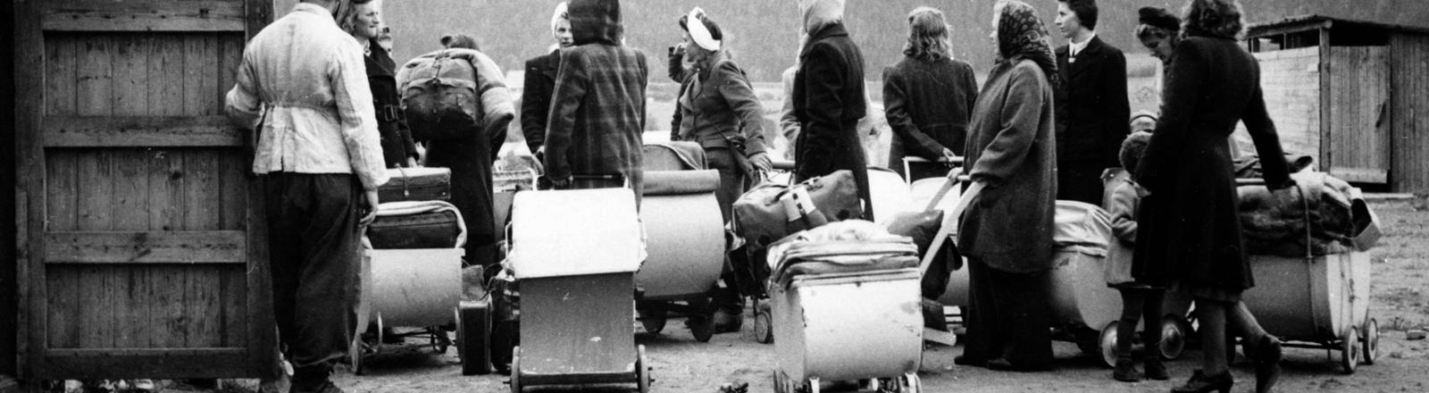 Norwegische Frauen, die während des Zweiten Weltkriegs Kinder von deutschen Besatzern bekommen haben, aufgenommen 1946 bei ihre Ausreise nach Deutschland. Viele der Kinder wurden im Rahmen des arischen Lebensborn-Programms der Nazis gezeugt.