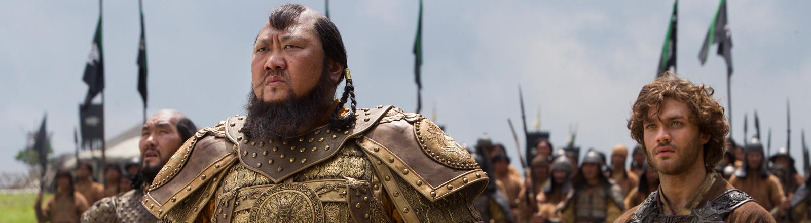 """Daulet Abdigaparov, Benedict Wong und Lorenzo Richelmy in einer Szene der Netflix Serie """"Marco Polo."""