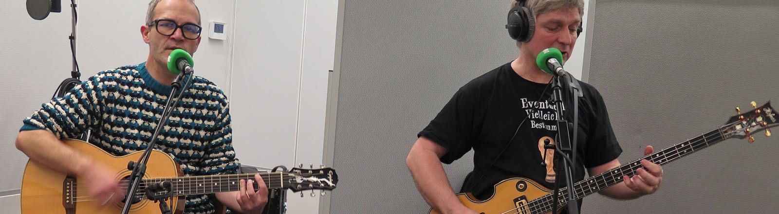 Markus Berges und Ekki Maas stehen im Studio bei DRadio Wissen. Markus an der Gitarre, Ekki am Bass.