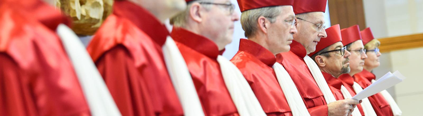 Der Erste Senat des Bundesverfassungsgerichts  verliest am 17.12.2014 in Karlsruhe im Sitzungssaal des Bundesverfassungsgerichts das Urteil.