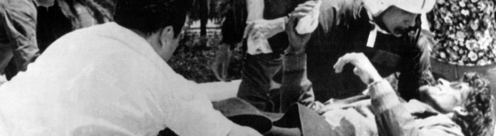 Ein Überlebender der Flugzeugkatastrophe wird am 23. Dezember 1972 in Santiago de Chile in ein Krankenhaus eingeliefert.