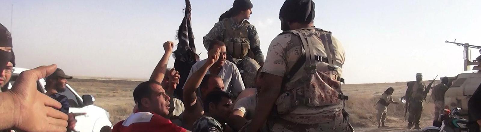 IS-Kämpfer präsentieren sich gerne auf Fotos und verbreiten diese per Twitter.