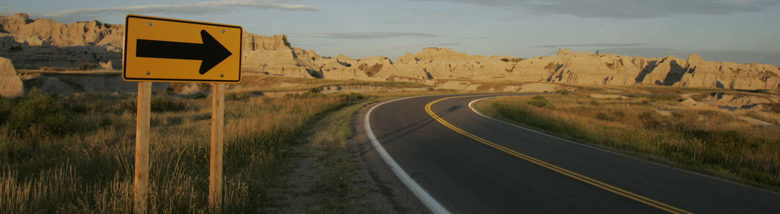 Eine einsame Straße führt durch die Badlands in South Dakota.