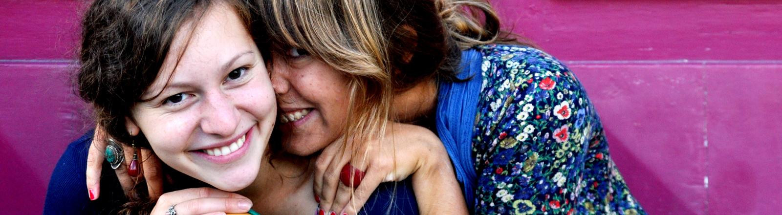 Zwei junge Frauen schmusen.