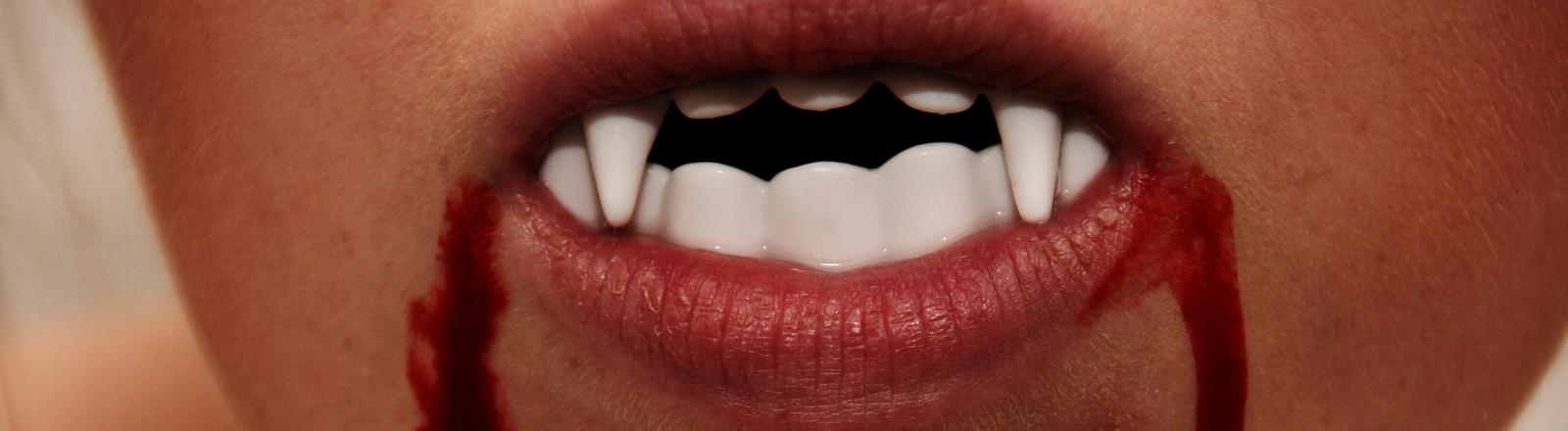 Dracula-Zähne mit Blut