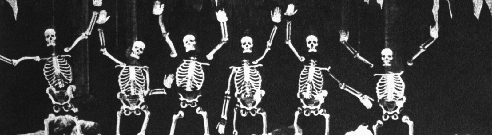 Gestikulierende Skelette aus einem Gruselfilm von Georges Méliès aus dem Jahr 1905.