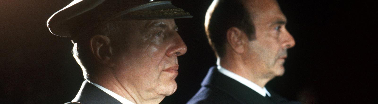 General Günter Kießling (l) und Bundesverteidigungsminister Manfred Wörner beim Großen Zapfenstreich, mit dem Kießling am 26. März 1984 verabschiedet wird.