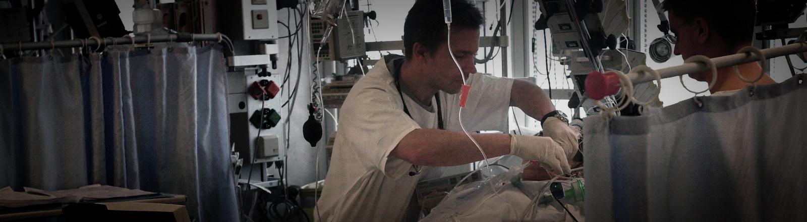 Ärzte umsorgen am 13.2.2003 in einem Münchner Krankenhaus einen Patienten auf der Intensivstation.