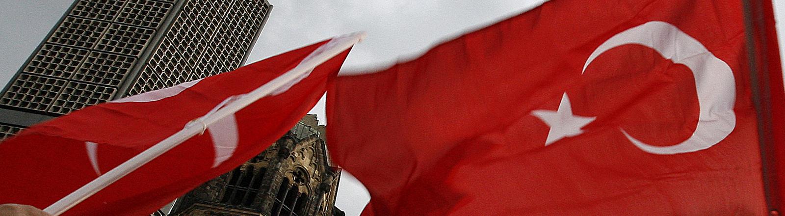 Türkische Flagge vor der Kaiser-Wilhelm-Gedächtniskirche in Berlin