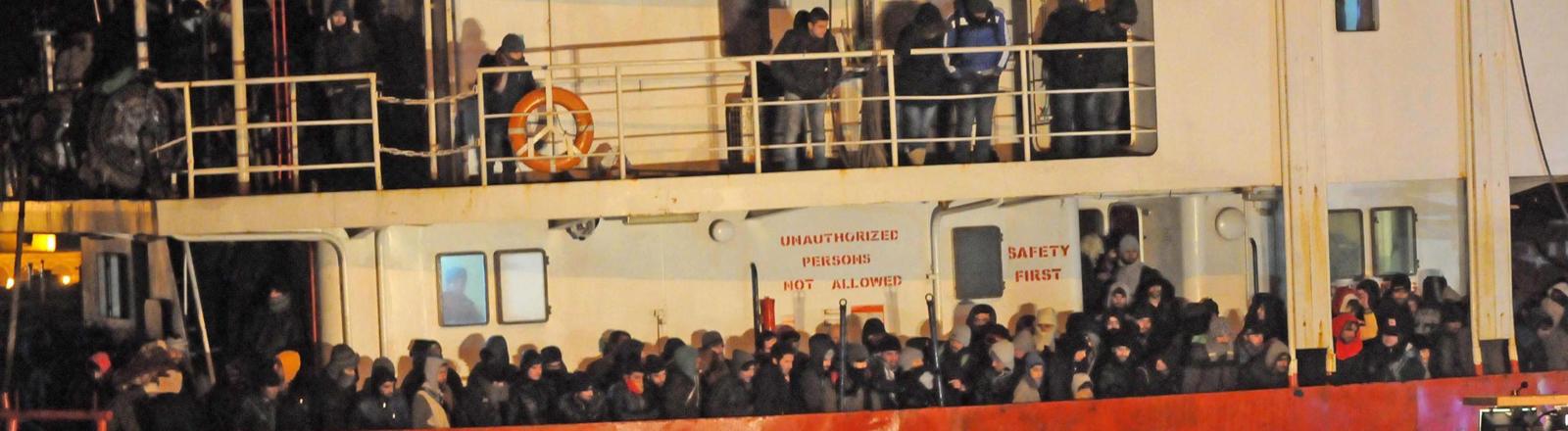 Rund 700 Flüchtlinge wurden am 31. Dezember 2014 vor der italienischen Küste von einem führerlosen Frachter gerettet.