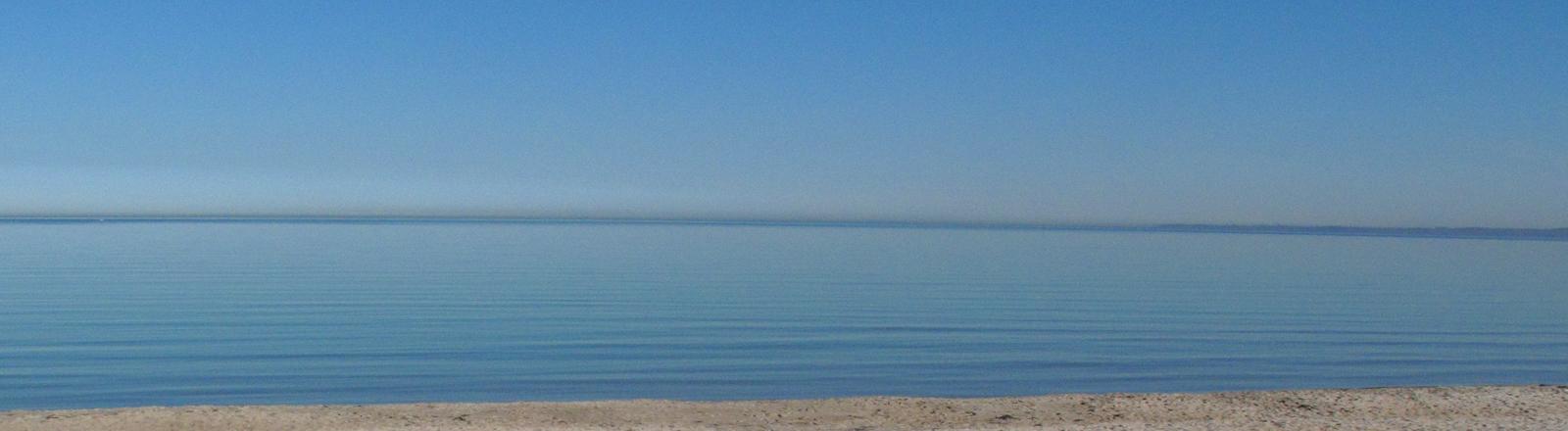 Die blau schimmernde Ostsee unter blauem Himmel an einem Märztag.