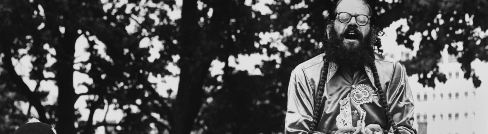 """US-amerikanischer Schriftsteller und Lyriker Allen Ginsberg (""""Planet news""""), einer der bedeutensten Autoren der """"Beat-Generation"""", aufgenommen während einer öffentlichen Dichterlesung in London am 17. Juli 1967."""