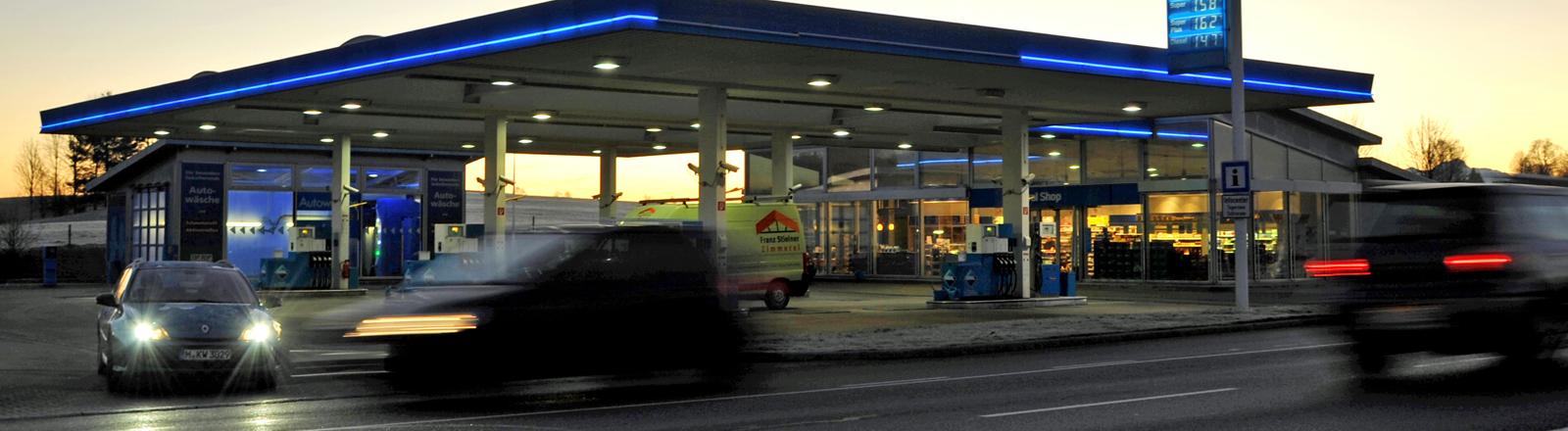 Tankstelle im Abendlicht