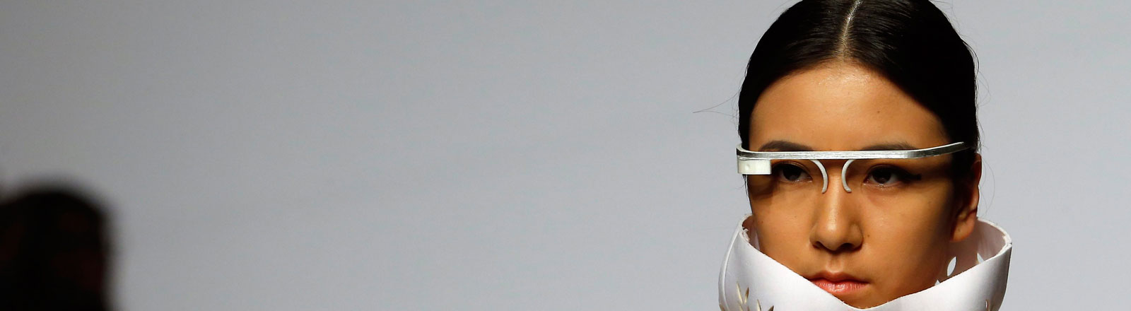 Ein Model trägt während der China Fashion Week 2013 eine Google-Glass-Brille.