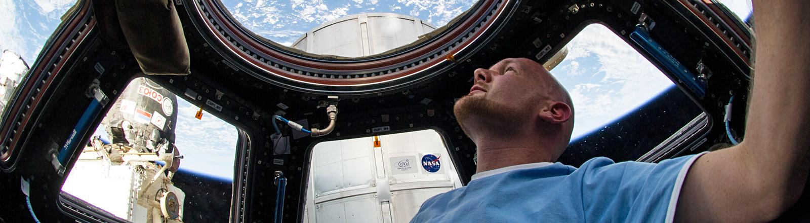 Der Astronaut Alexander Gerst blickt während seines Fluges mit der ISS durch ein Fenster in der Kuppel auf die Erde; Bild: dpa | Nasa/dpa