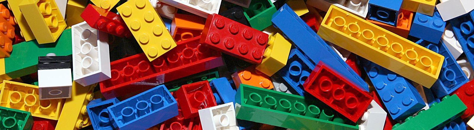 Ein Haufen bunter Lego-Steine; Bild: dpa