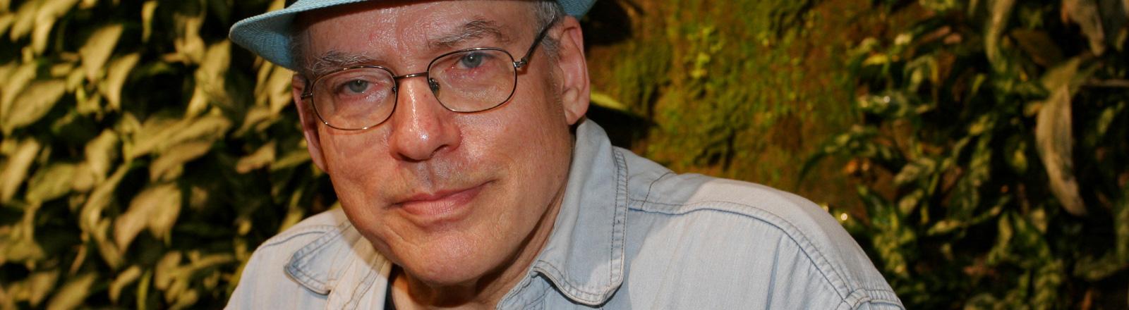 Rosa von Praunheim am 21.11.2012. Er trägt eine Brille und einen hellblauen Hut; Bild: dpa