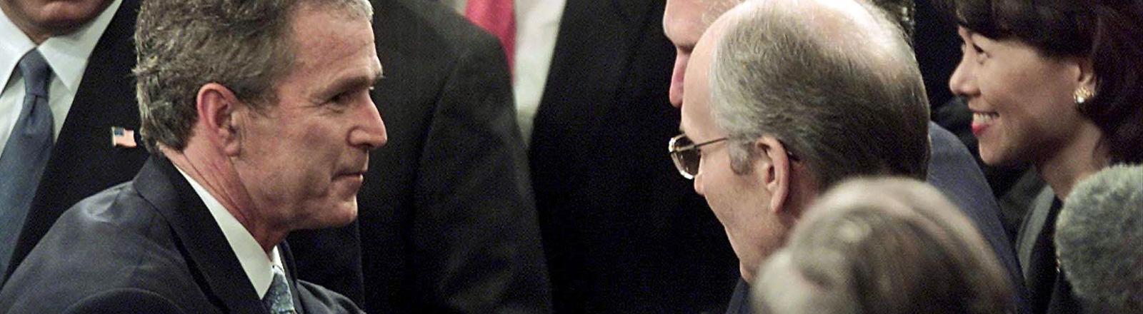 George W. Bush nach seiner Rede zur Lage der Nation am 29.01.2002. Er ist umgeben von Mitgliedern des Kabinetts; Bild: dpa