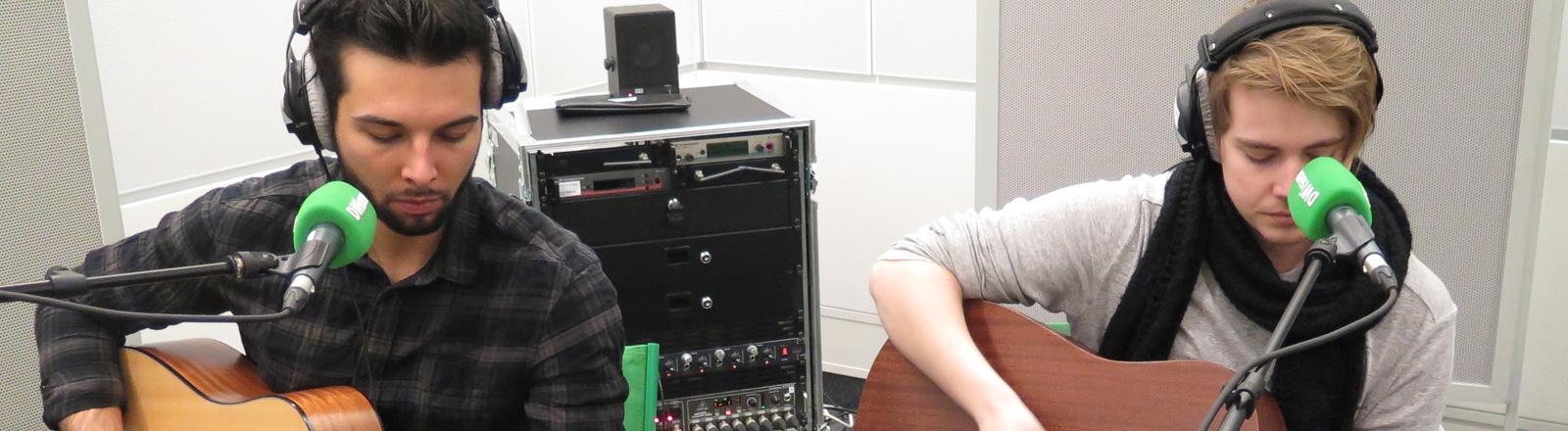 Zwei Musiker der Band Nothing But Thieves sitzen im Studio von DRadio Wissen.