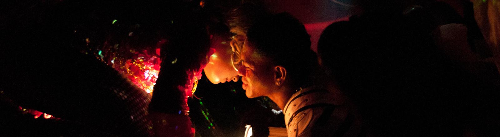 Homosexualität ist in Indonesien (im Gegensatz zu vielen asiatischen Ländern) legal und wir auf Bali toleriert. Im Nachleben in Seminyak in der Nähe der Touristen Hochburg Kuta ist die Mixwell Bar mit ihrer Show sehr beliebt.