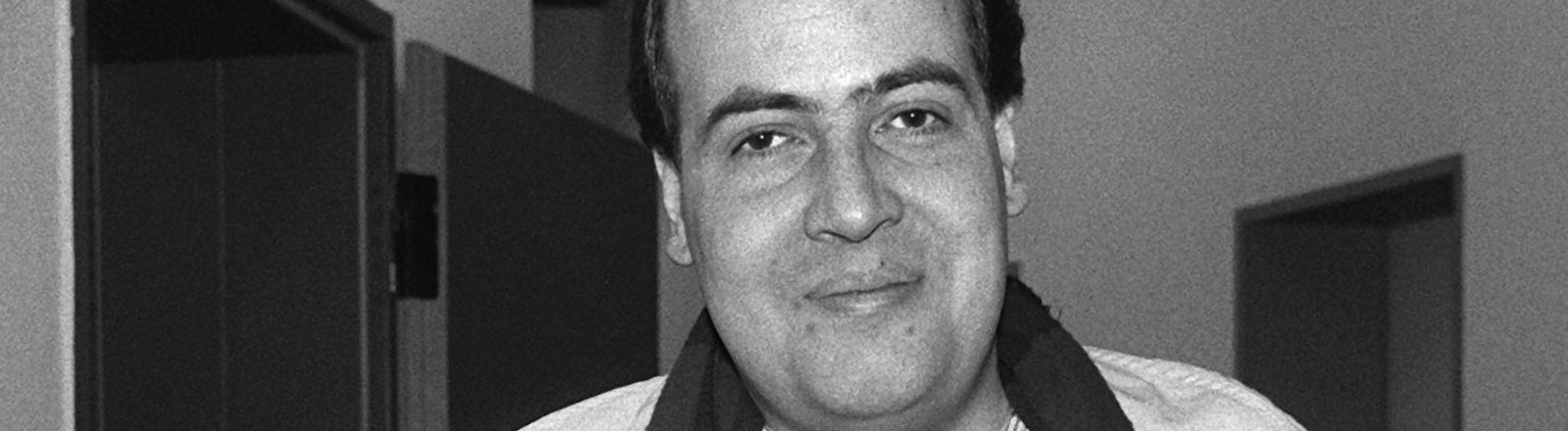 """Der 28-jährige Computerspezialist Markus Hess muss sich wegen """"gemeinschaftlicher, geheimdienstlicher Agententätigkeit"""", hier in einem Gang des Oberlandesgerichtes in Celle, verantworten. Mitangeklagt sind der 30-jährige Dirk Brzezinski und der 35-jährige Peter Carl. Aufgenommen am 30. Januar 1990."""