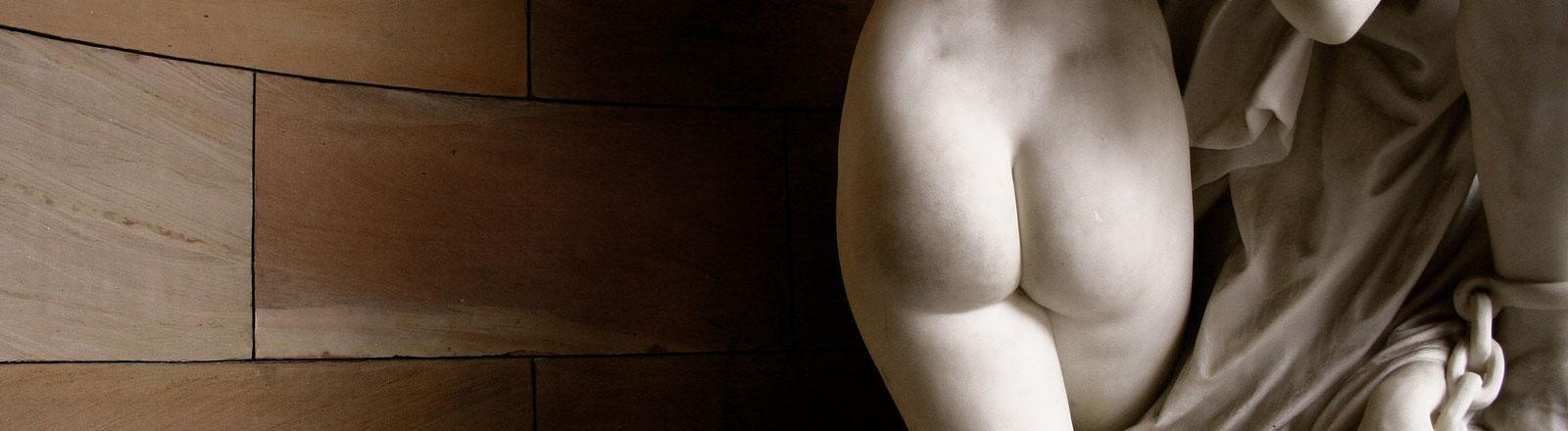Der Po einer Frauenstatue