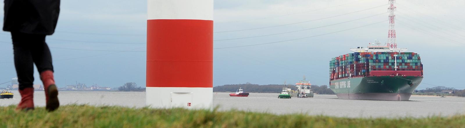 Containerschiff in Elbe stecken geblieben. dpa