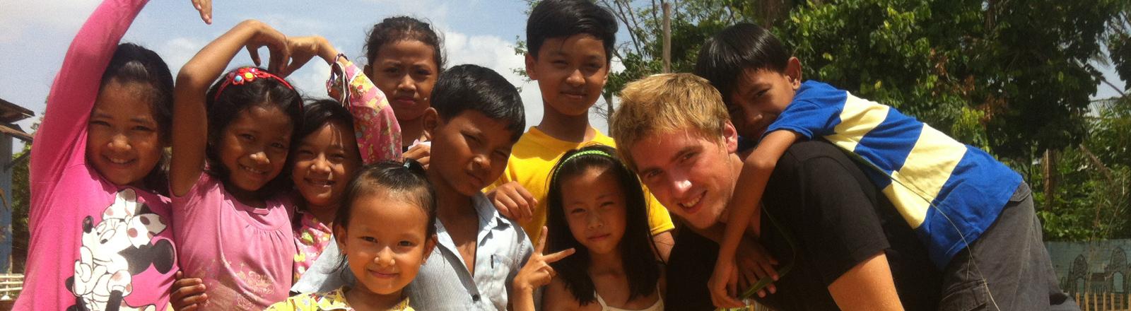 Der schwedische Freiwillige Frederick spielt mit Waisenhauskinder in Siem Reap in Kambodscha am 26.06.2014.