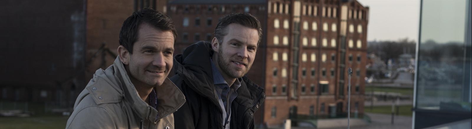 Die beiden Ingenieure Lars Frahm (l.) und Andreas Exler (r.) auf dem Dach ihrer Firma am Alten Hafen Wismar.