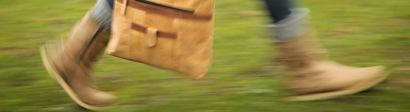 """Miriam Weberstorfer von der Firma """"INVE Austria"""" trägt am 24.01.2014 auf der Messe """"Veggie-World"""" in den Rhein-Main-Hallen in Wiesbaden eine Tasche aus Kork."""