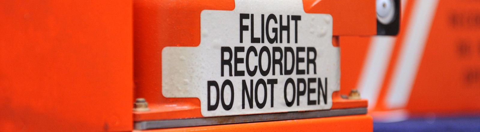 Der Cockpit Voice Recorder (vorne) und der Flight Data Recorder (hinten) befinden sich in der Black Box jedes Passagierflugzeugs.