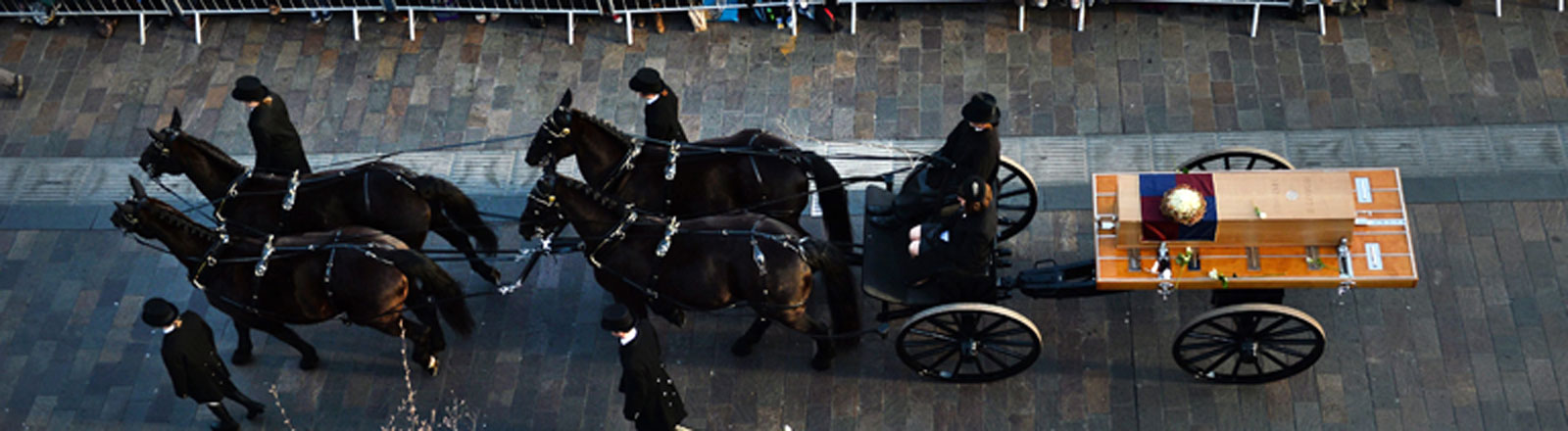 Prozession in Leicester mit dem Sarg, der die Gebeine von König Richard III. enthält.