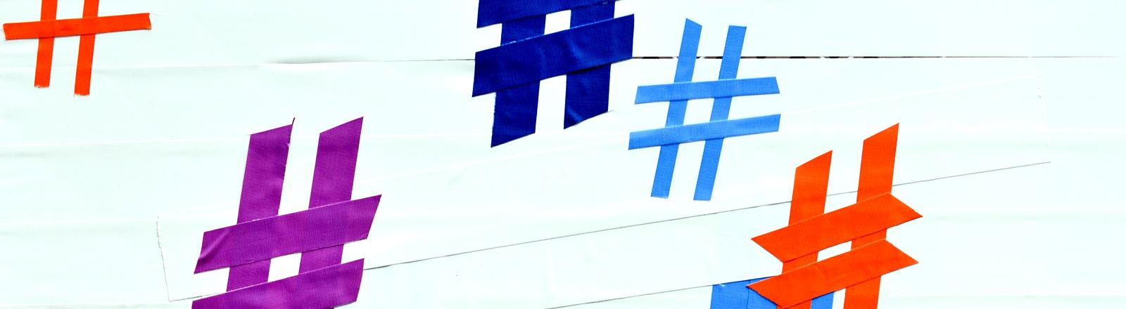 Mehrere Hashtags sind am 08.05.2014 bei der Internetkonferenz re:publica in Berlin mit Klebeband auf eine Wand geklebt.