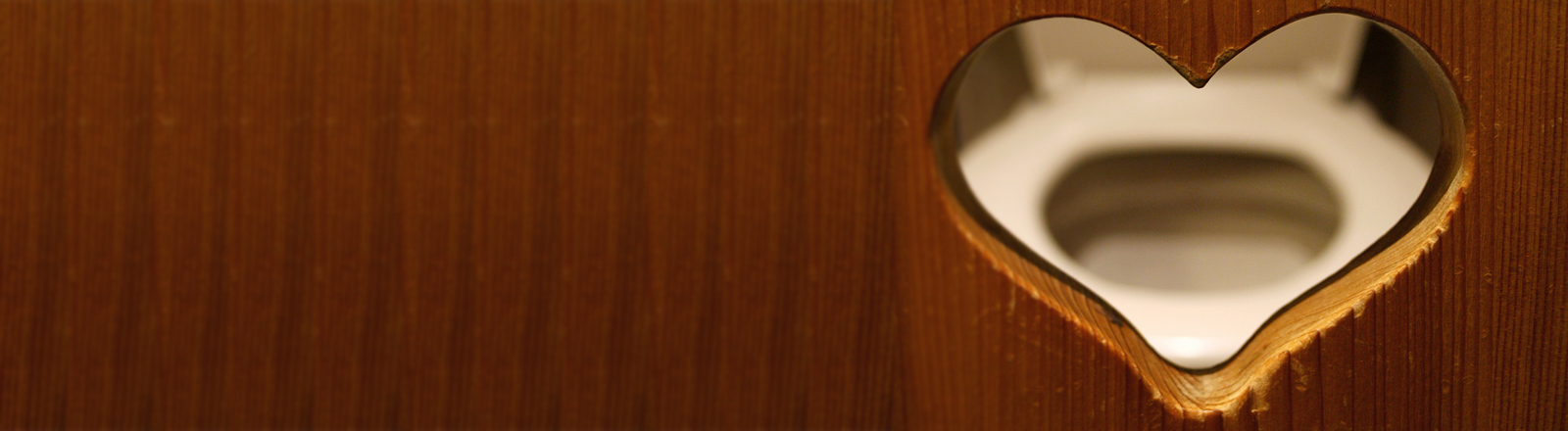 Klotür mit Herzchen und Blick auf die Toilette