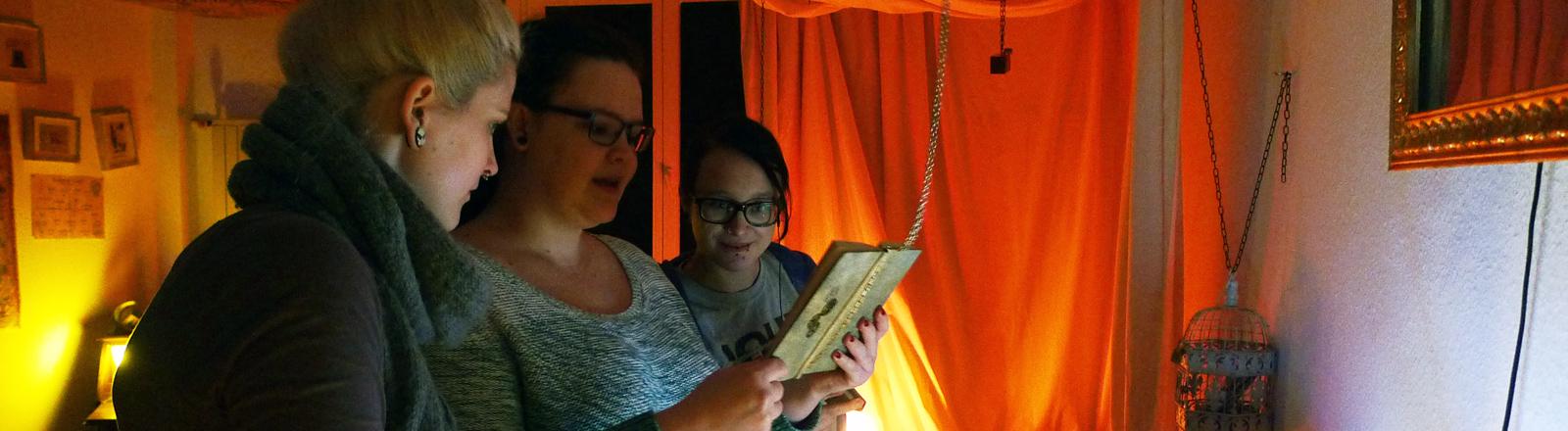 Bex Jacob testet mit zwei Freundinnen Live-Rollenspiele.