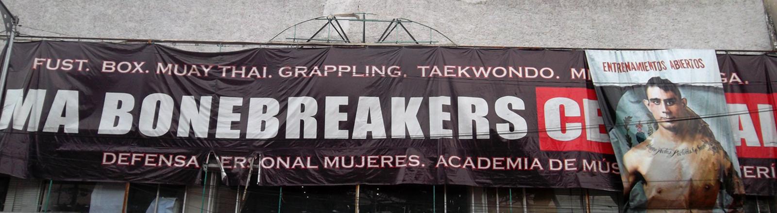 """Fassade mit Plakat von einem Boxer, Aufschrift """"Bonebreakers"""""""